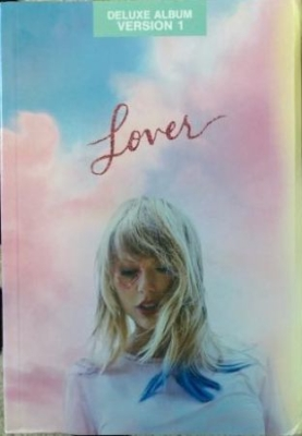 Taylor Swift - Lover (Deluxe Journal Version 1) in the group CD / Upcoming releases / Pop at Bengans Skivbutik AB (3750187)